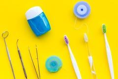 Cuidado do dente com os instrumentos da escova de dentes, do fio dental e do dentista Grupo de produtos de limpeza para os dentes fotos de stock