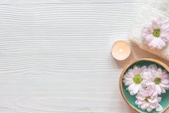 Cuidado do prego dos termas com opinião superior do fundo de madeira da vela do chá Fotos de Stock