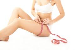 Cuidado e medida do corpo da mulher Imagens de Stock