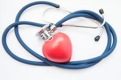 Cuidado e proteção do coração Estetoscópio médico dobrado no anel, forma das bordadura do coração humano, simbolizando a proteção fotografia de stock