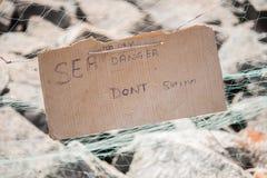 Cuidado en una playa: El mar, hoy peligro, no nada Foto de archivo