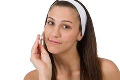 Cuidado facial de la belleza - piel de la limpieza de la mujer del adolescente Imagen de archivo libre de regalías