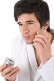 Cuidado facial - hombre joven que aplica la crema hidratante Fotos de archivo