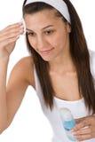 Cuidado facial - piel de la limpieza de la mujer del adolescente Fotografía de archivo libre de regalías