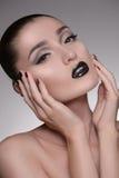 Cuidado facial. Retrato das mulheres despidas bonitas que tocam na cara e Fotos de Stock