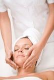 Cuidado luxuoso - mulher na massagem de face Foto de Stock Royalty Free