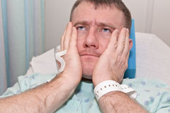 Cuidado médico: Hombre en hospital foto de archivo libre de regalías