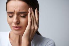 Cuidado médico Mujer hermosa que sufre del dolor principal, dolor de cabeza imágenes de archivo libres de regalías
