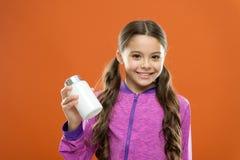 Cuidado médico Suplementos de la vitamina de la toma Botella larga de las medicinas del control del pelo de la muchacha Concepto  imagenes de archivo