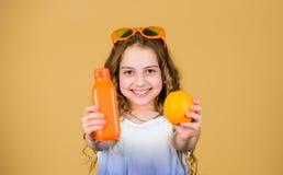 Cuidado m?dico Dieta de la vitamina del verano Fuente natural de la vitamina zumo de naranja fresco de la bebida feliz de la much imagen de archivo