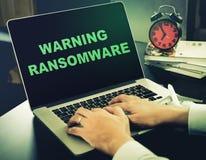 Cuidado para Ransomware en un ordenador imagenes de archivo
