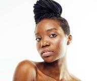 Cuidado que toma desnudo de la mujer afroamericana bonita joven de su piel aislada en el fondo blanco, gente de la atención sanit Fotos de archivo libres de regalías