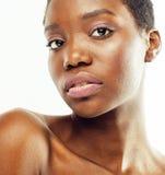 Cuidado que toma desnudo de la mujer afroamericana bonita joven de su piel aislada en el fondo blanco, gente de la atención sanit Imágenes de archivo libres de regalías