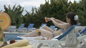 Cuidado que toma modelo moreno de la piel con crema del sol, teniendo resto almacen de metraje de vídeo