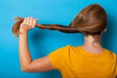 Cuidado saudável do cabelo, mulher moreno Caucasian adulto fotografia de stock royalty free