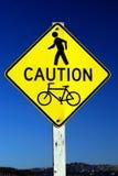 Cuidado - sinal de tráfego do pedestre e da bicicleta Foto de Stock Royalty Free