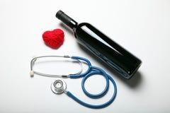 Cuidado, vinho tinto e estetoscópio do coração imagens de stock