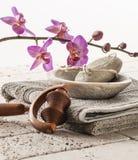 Cuidado y relajación de pie con las orquídeas Fotos de archivo libres de regalías