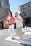 Cuidador casero con la persona mayor en ciudad fotografía de archivo libre de regalías