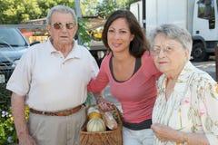 Cuidador casero con las personas mayores en ciudad imagen de archivo