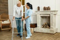 Cuidador profesional encantado que apoya a su paciente Imágenes de archivo libres de regalías