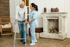 Cuidador profissional deleitado que apoia seu paciente imagens de stock royalty free