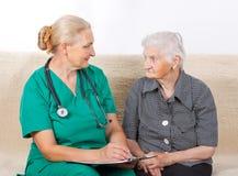 Cuidador y paciente Imágenes de archivo libres de regalías