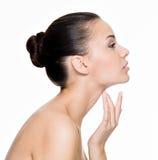 Cuidados bonitos da mulher para a garganta Fotos de Stock Royalty Free