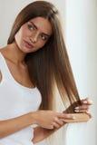 Cuidados capilares Cabelo longo fêmea bonito da escovadela de cabelo com escova foto de stock