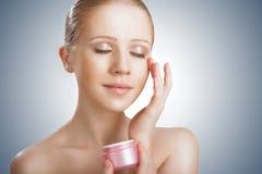 Cuidados com a pele. menina da beleza com os olhos fechados com o frasco do creme Fotos de Stock Royalty Free