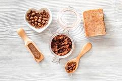 Cuidados com a pele caseiros O sabão do café, café esfrega, grãos de café na opinião superior do fundo de madeira imagens de stock royalty free