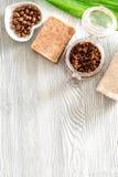Cuidados com a pele caseiros O sabão do café, café esfrega, grãos de café no copyspace de madeira da opinião superior do fundo Fotografia de Stock