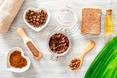 Cuidados com a pele caseiros O sabão do café, café esfrega, os grãos de café, óleo na opinião superior do fundo de madeira Foto de Stock
