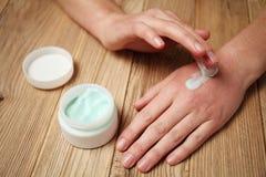 Cuidados com a pele, creme da m?o Vermelhid?o, alergias, irrita??o imagem de stock