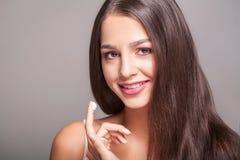 Cuidados com a pele da beleza Close up da colocação de sorriso 'sexy' bonita da menina Foto de Stock Royalty Free