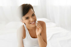 Cuidados com a pele da beleza Mulher que remove a composição da cara usando a almofada de algodão Imagem de Stock