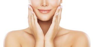 Cuidados com a pele da cara da beleza, mordente hidratando pelas mãos, modelo novo da mulher no branco imagens de stock