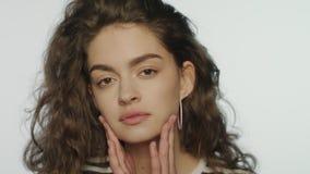 Cuidados com a pele da jovem mulher no estúdio Feche acima do modelo de forma que toca na pele filme