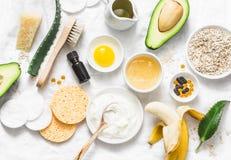 Cuidados com a pele do inverno Ingredientes naturais caseiros para uma máscara protetora de nutrição em um fundo claro, vista sup imagens de stock royalty free