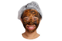 Cuidados com a pele ervais Mulher que obtém a máscara facial isolada Fotos de Stock