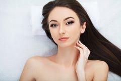 Cuidados com a pele faciais Mulher bonita que obtém a máscara cosmética no salão de beleza fotos de stock