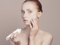 Cuidados da jovem mulher para a pele da cara Imagem de Stock