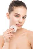 Cuidados da jovem mulher para a pele da cara Pele fresca perfeita de limpeza usando a almofada de algodão Isolado Fotos de Stock Royalty Free