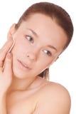 Cuidados da mulher para almofada de algodão tocante da face Fotos de Stock