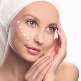 Cuidados de la mujer joven para la piel de la cara Imagen de archivo libre de regalías