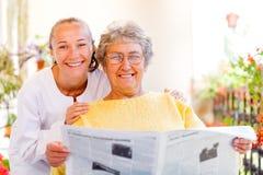 Cuidados en casa mayores Foto de archivo