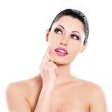 Cuidados expressivos bonitos da mulher da cara da pele Imagens de Stock