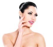 Cuidados expressivos bonitos da mulher da cara da pele Imagem de Stock