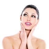Cuidados expressivos bonitos da mulher da cara da pele Fotos de Stock