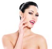 Cuidados expressivos bonitos da mulher da cara da pele Foto de Stock Royalty Free